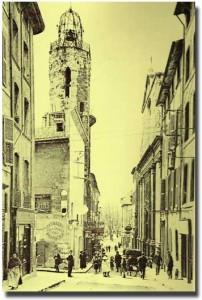 La rue Espariat au début du XXe siècle. Le clocher des Augustins (XVe). DR.