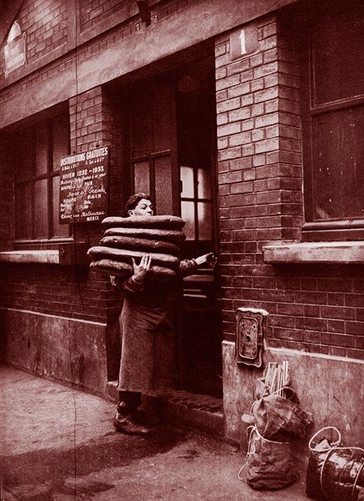 Le froid à Paris : garçon boulanger apportant du pain pour la distribution gratuite : [photographie de presse] / Agence Mondial. 1932. Bibliothèque nationale de France