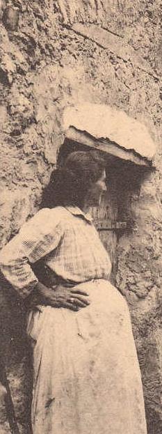 Provençale enceinte. Détail. DR.