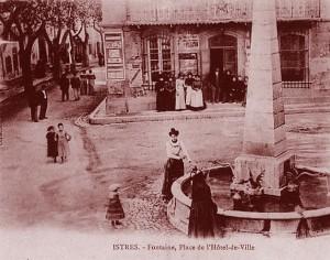 La fontaine de la place de l'Hôtel-de-Ville, à Istres, au début du XXe siècle. DR