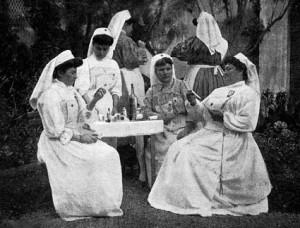Mmes Bohn, Silbert, Mlle Blanchard, Mmes Apt, Bruschet et Mlle André  préparant les ansements. (Cliché L. Meifren, Marseille. DR.)