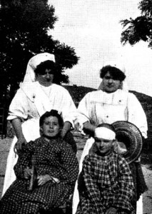 Mme Dadre, Mlle Tsiropinas et Julie et Adèle, deux jeunes filles restées 18 heures sous les décombres à Rognes. (DR.)