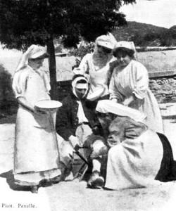 Édith Fraissinet, Mlles Kelsey et Tsiropinas, et Mme Destouches faisant un pansement de la jambe. (Cliché Panelle. DR.)