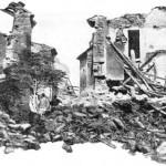 Le centre du village a reçu les blocs de l'immense rocher supportant le vieux château, causant des dégâts monstrueux. (Cliché Ruat. DR.)