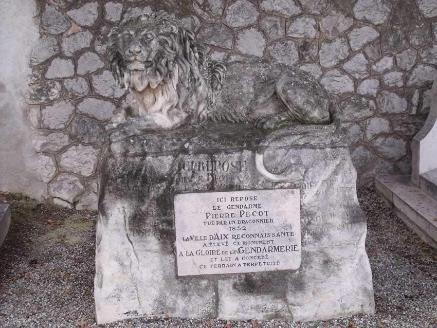 Monument funéraire du gendarme Pecot.  Cimetière Saint-Pierre d'Aix-en-Provence. © Jean Marie Desbois, 2010.