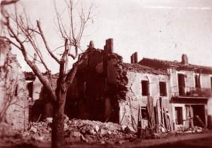 Le trou est à l'emplacement de la  maison familiale après les bombardements du 6 août 1944 sur le triage de Miramas. DR.