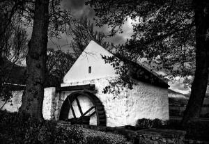 Vieux moulin du domaine de La Motte, imité de celui qui existait à La Motte-d'Aigues (la roue et la toiture ne sont pas d'époque). © Chris Snelling, 2013. CC3.0.