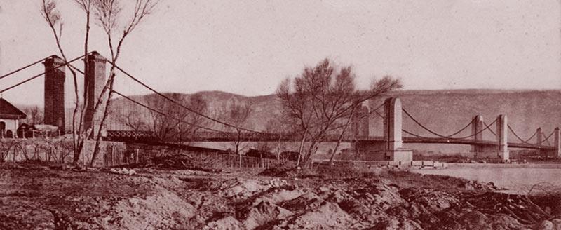 Le pont de la Durance à Mallemort. Notez la cabane à l'extrême gauche de l'image. DR.