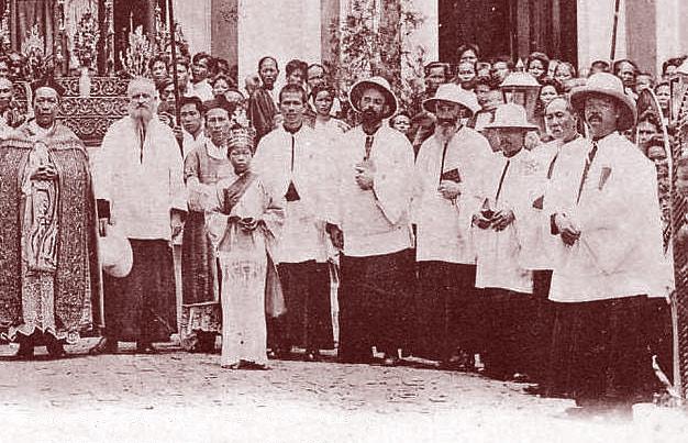 Prêtres européens et thaïlandais à une cérémonie religieuse en Thaïlande. DR.