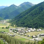 Le hameau de Brunissard au premier plan. Au fond, Arvieux.