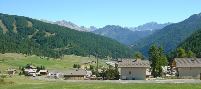 Au premier plan, le hameau de Brunissard. Au fond, le col d'Izoard.