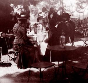 Un café aux alentours de 1900. © Bibl. nat. de France.