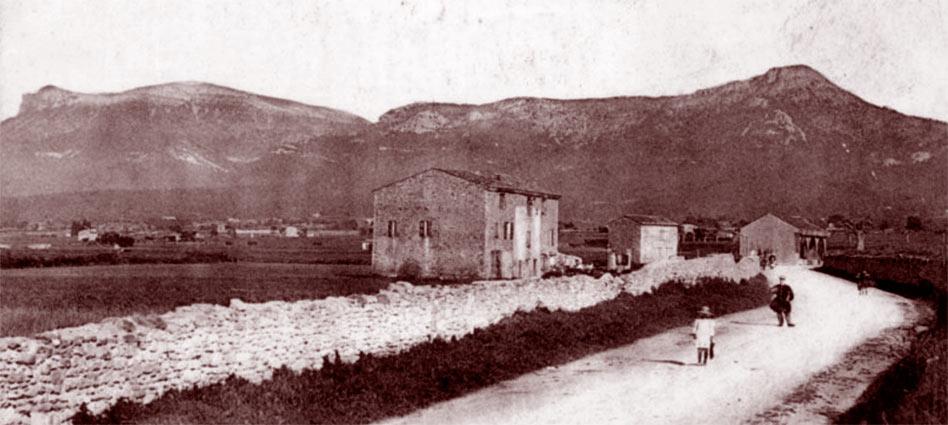 Vue depuis Trets le mont Aurélien (g.) et le mont Olympe (d.). La Bergerie du Perdu se trouve dans la montagne à droite du mont Olympe. DR.