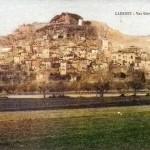 Vue générale du village de cadenet au début du XXe siècle. La partie effondrée fait partie du rocher qui surplombe Cadenet et qui abrite le château.