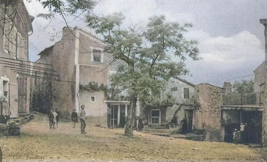 La place du village d'Entrevennes vers 1910. DR. Color. GénéProvence.