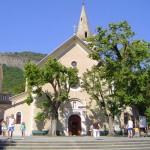 L'église de Notre-Dame-du-Laus (officiellement basilique) et son parvis. © AntonyB. CC BY-SA 3.0.